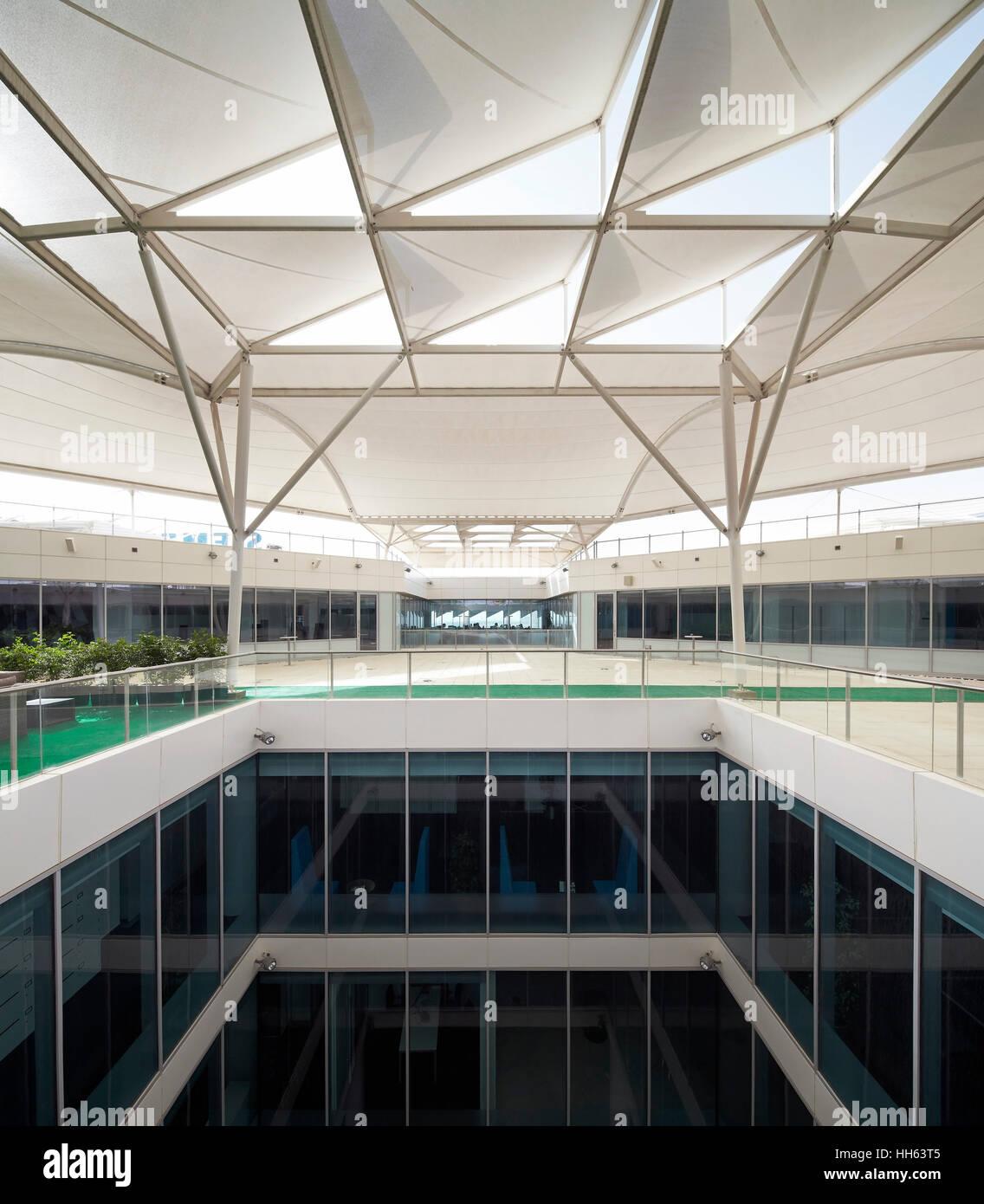Innenarchitektur Sonnenschutz Dachterrasse Sammlung Von Mit Und Lichtbrunnen. Siemens Masdar, Abu Dhabi,