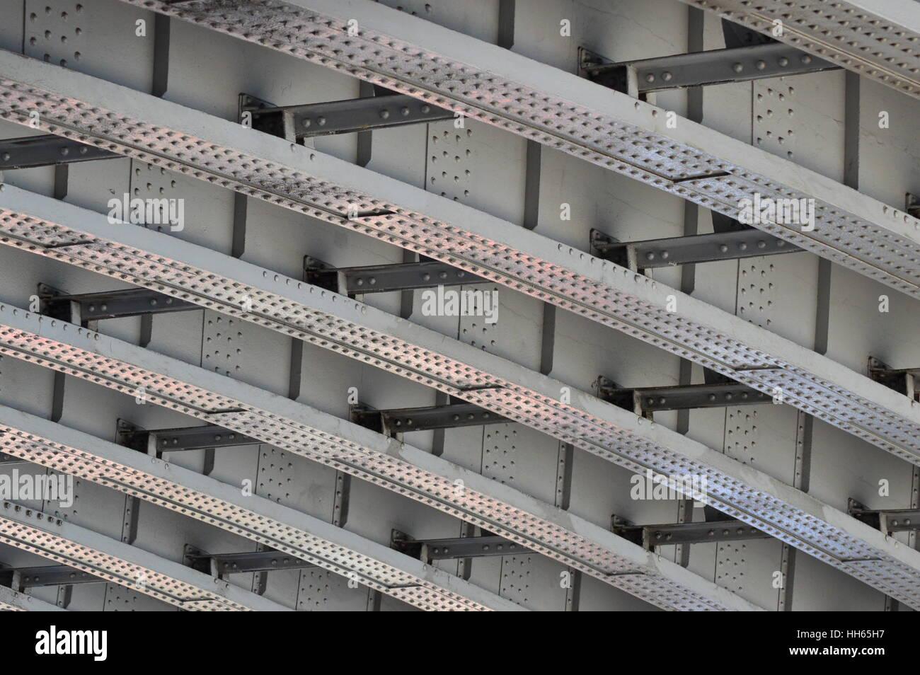 Streben auf der Unterseite der Southwark Bridge, London Stockbild
