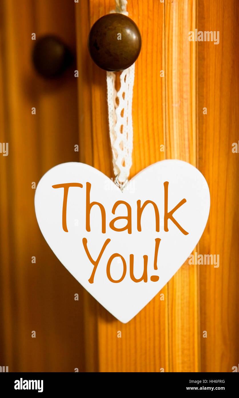 Der tur  Weißes Herz aus Holz hängen an der Tür mit den Worten danke ...