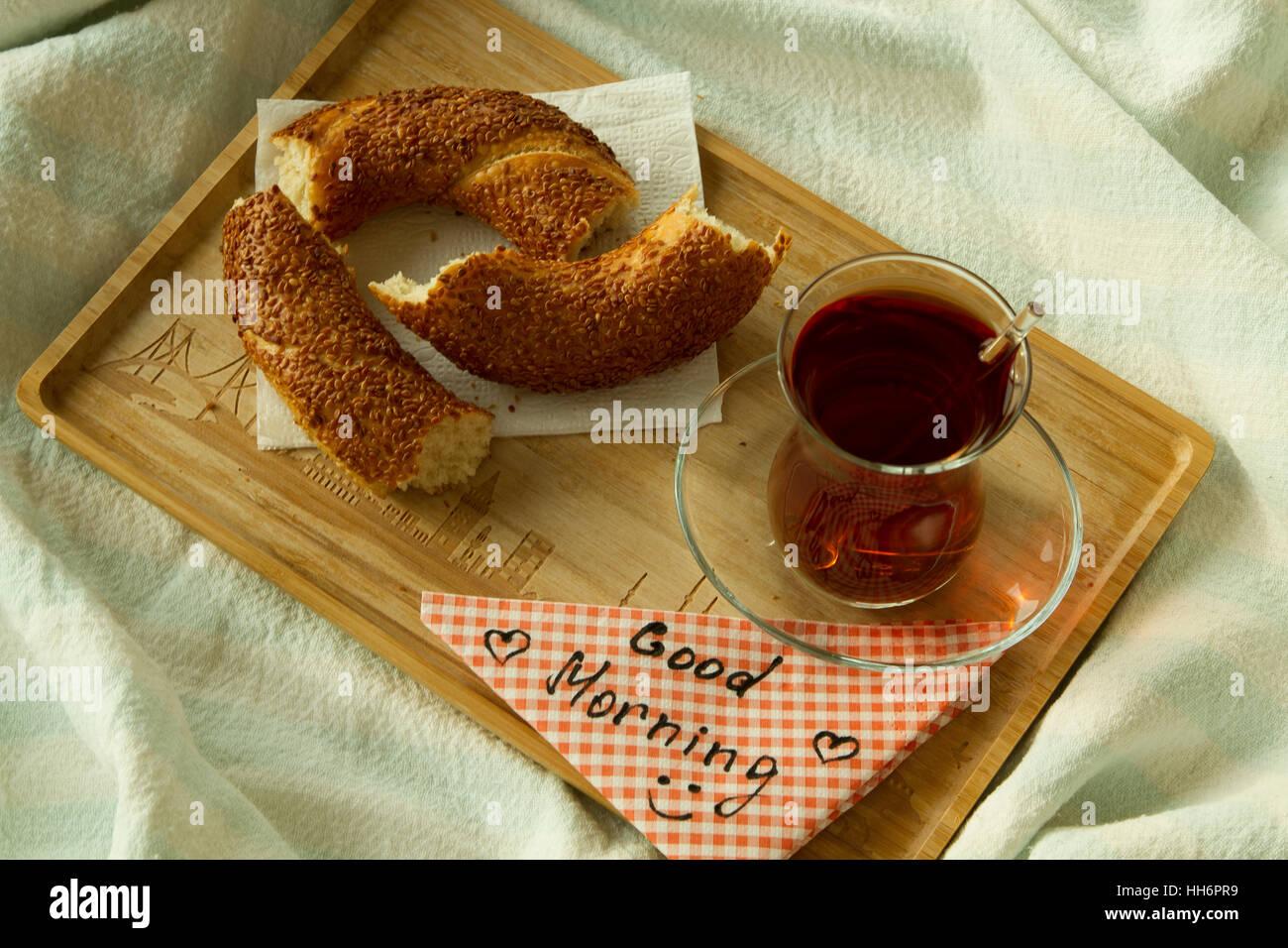 Türkischer Tee In Traditionellen Glas Mit Bagel Auf Dem