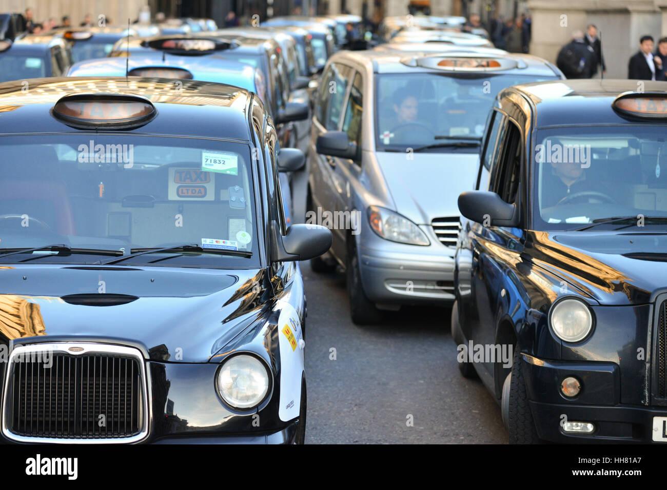 Bank, London, UK. 17. Januar 2017. Schwarzen Taxifahrer inszenieren ...