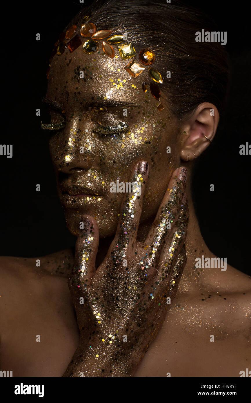 Porträt, junge Frau mit goldenen Glitzer Make-up Stockbild