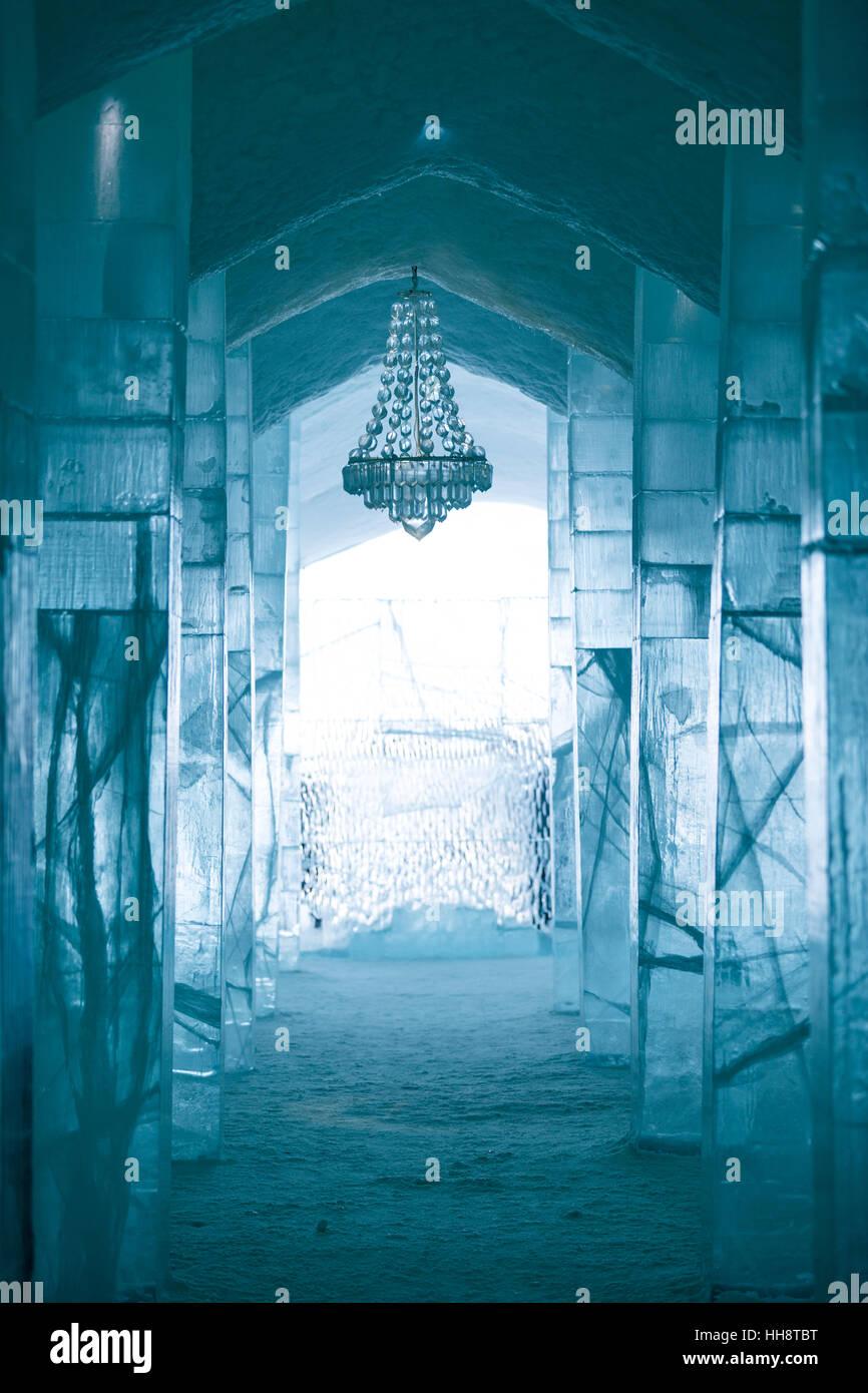Eingangshalle mit Kronleuchter hergestellt aus Eis, Eishotel in ...