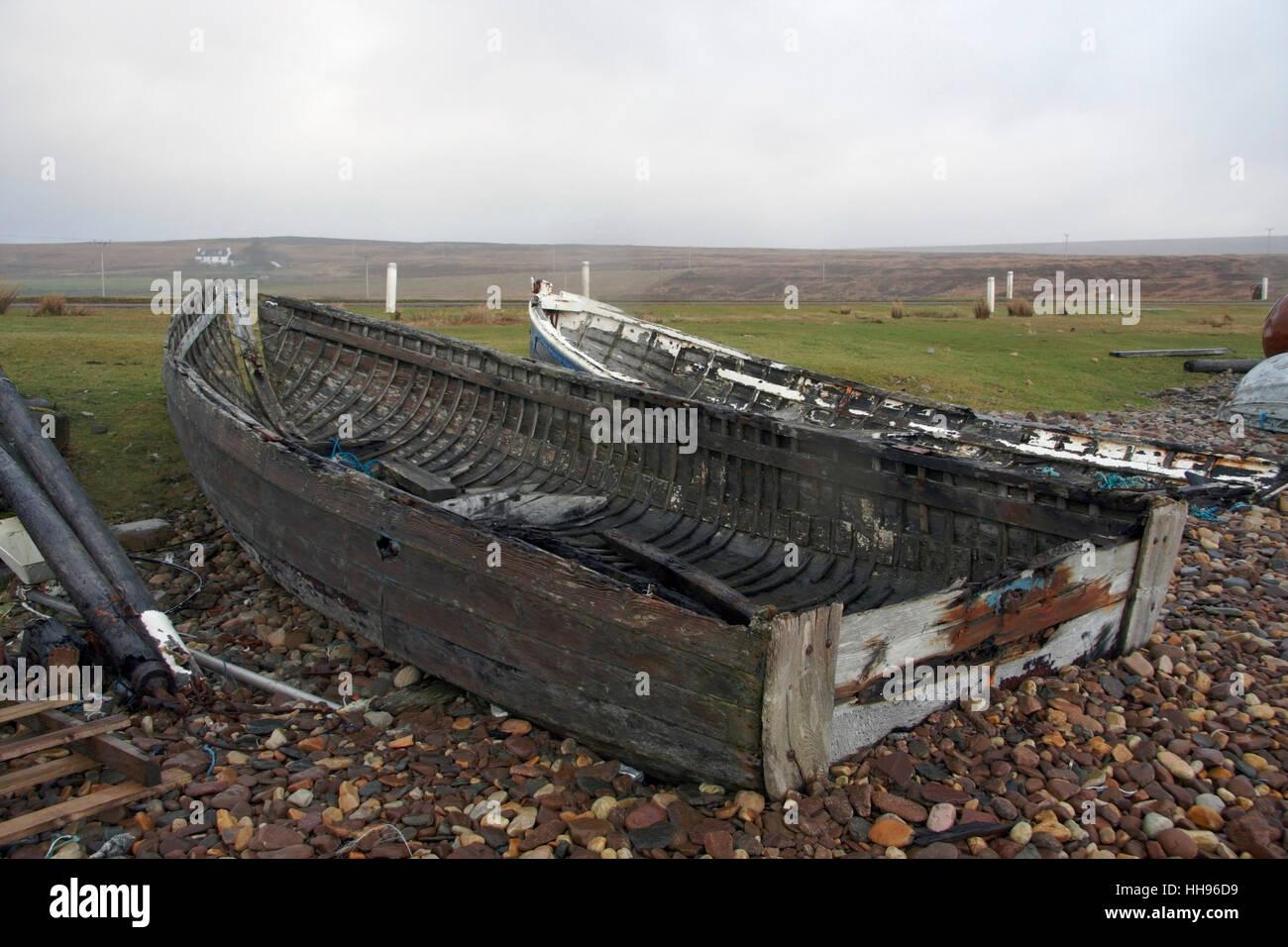 Küstenlandschaft mit faulen Boote in Schottland Stockbild