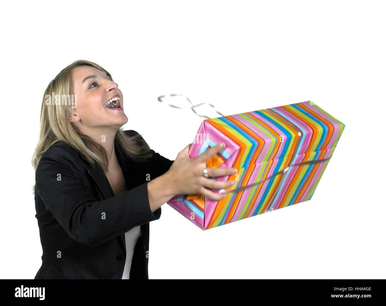 Lachen niedliche Mädchen erhalten ein Geschenkpaket, isoliert auf weiss Stockfoto