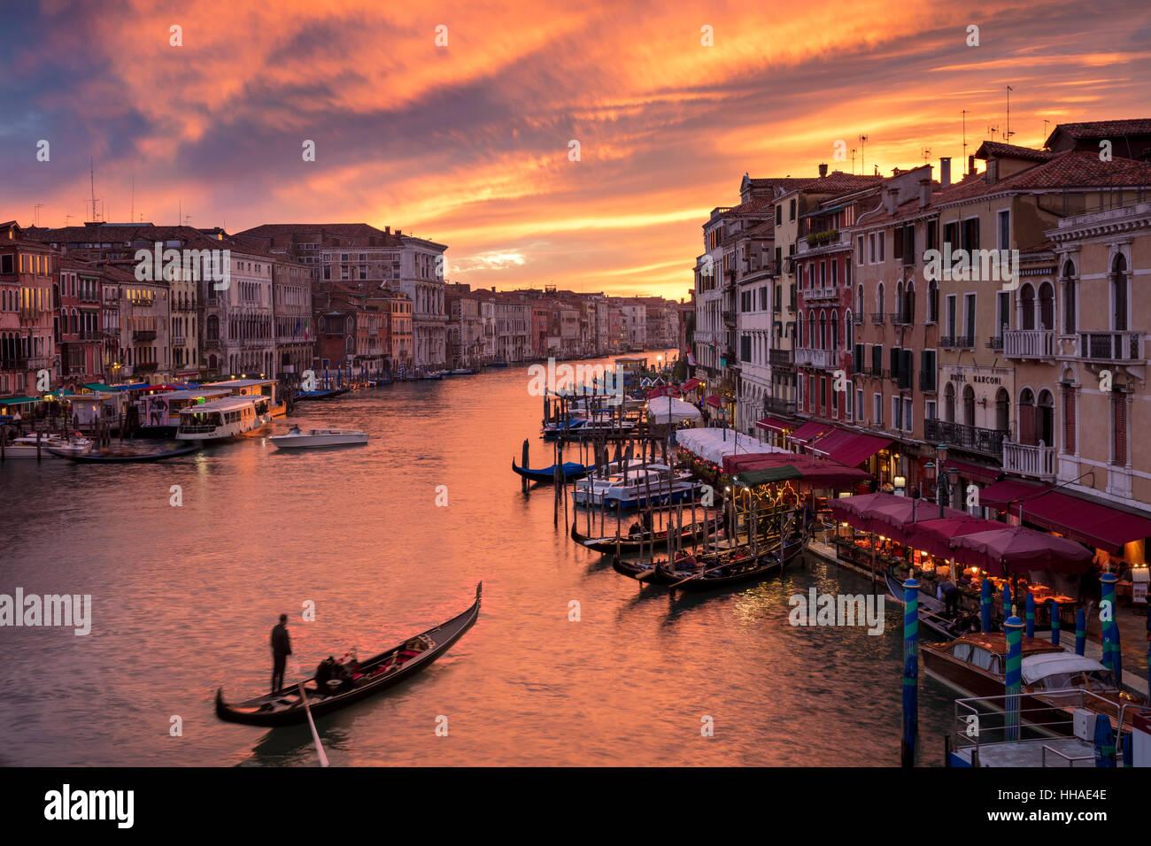 Bunter Abend über den Canal Grande und die Stadt Venedig, Veneto, Italien Stockfoto