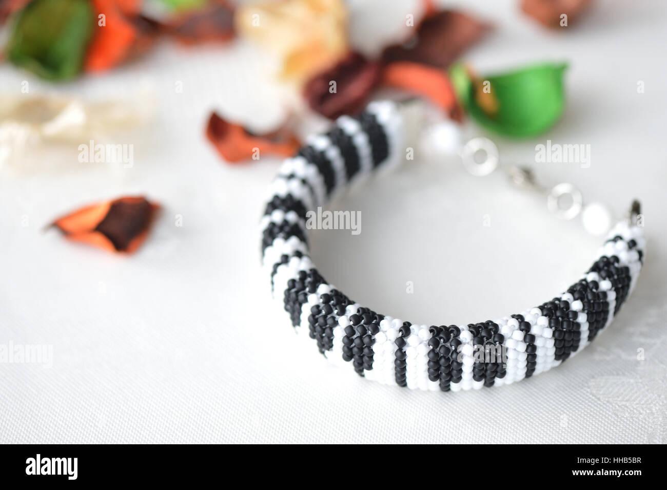 Perlen Häkeln Armband Wie Klaviertastatur Hautnah Stockfoto Bild