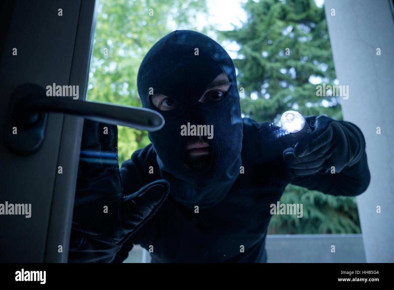 Einbrecher Tragen Eine Blick Durch Die Fenster Haus Sturmhaube