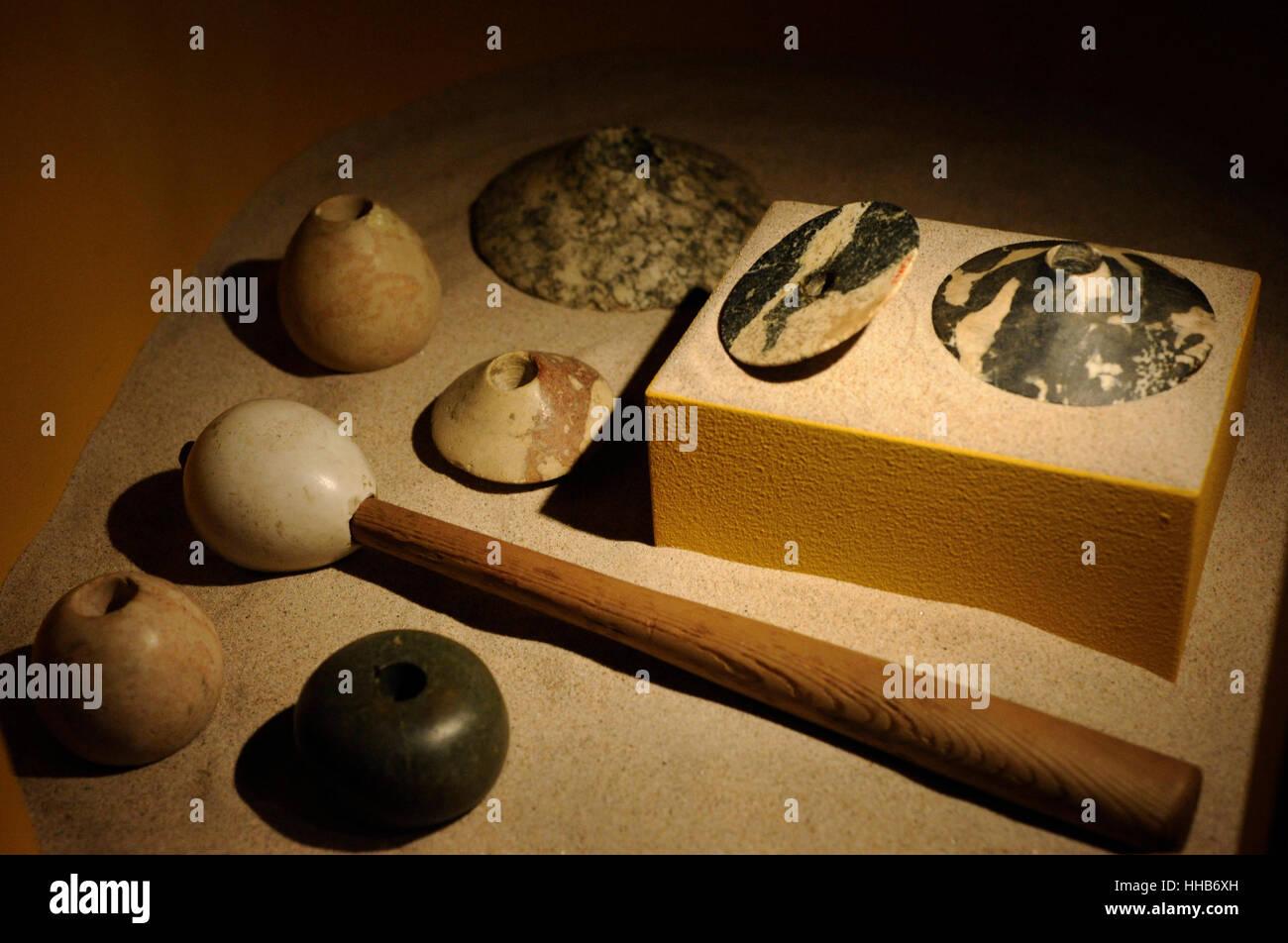 Mace Köpfe aus Stein mit Holzgriffen. Als Waffe eingesetzt, obwohl später sie auch feierlich und als Grabbeigaben Stockbild