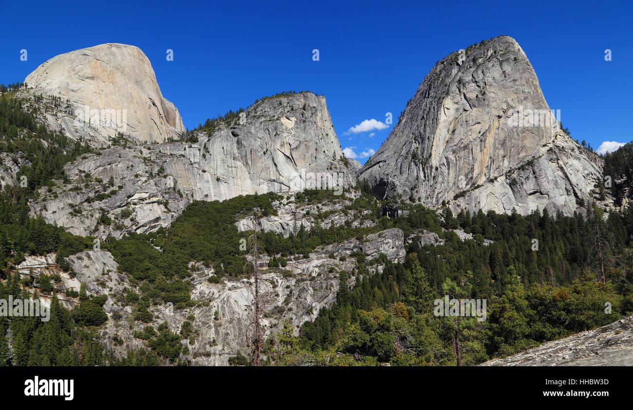 Im Blick sind Half Dome (Südwand), Mount Broderick und Liberty Cap. Fotografiert von John Muir Trail, Yosemite National Stockfoto