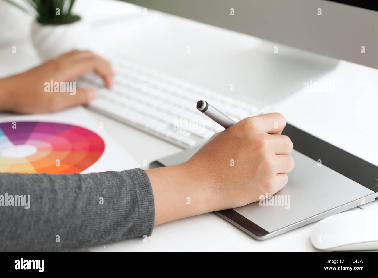 Grafik-Design mit digitalen Stifttablett am Schreibtisch Arbeitsbereich hautnah Stockbild