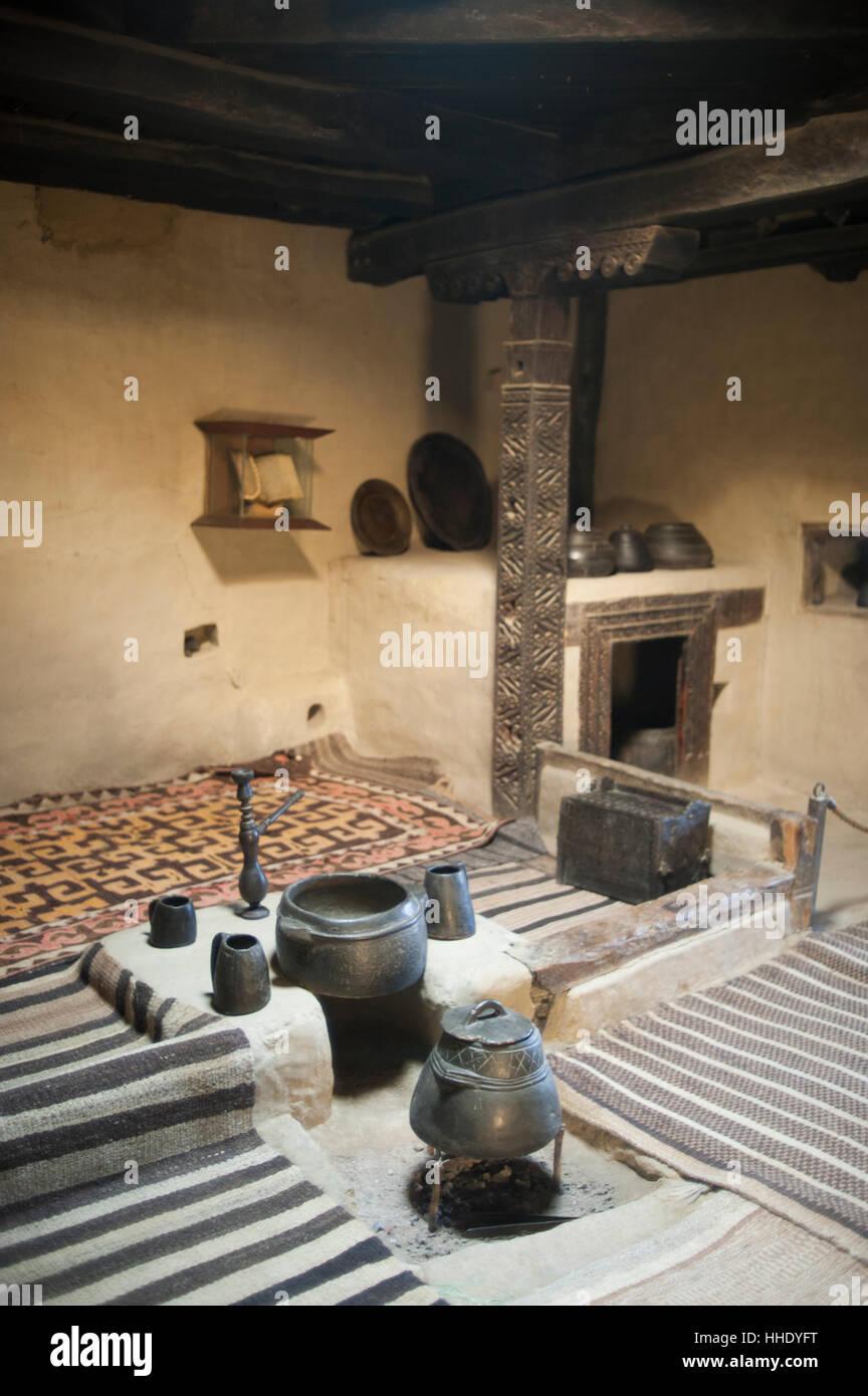 Eine alte Küche mit Stein Töpfe auf dem Display in einem Museum im ...
