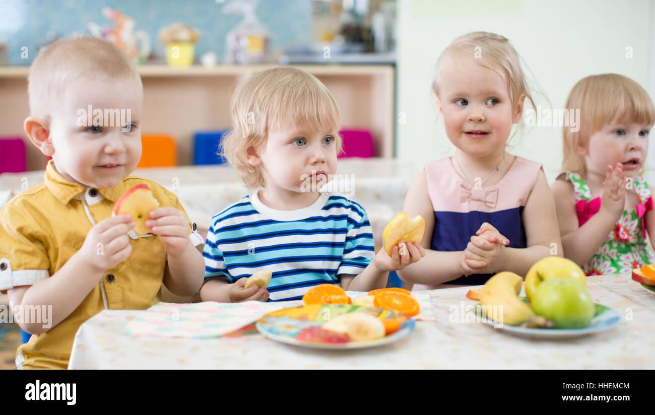 Lustige Kinder essen Obst im Kindergarten Speisesaal Stockfoto, Bild ...