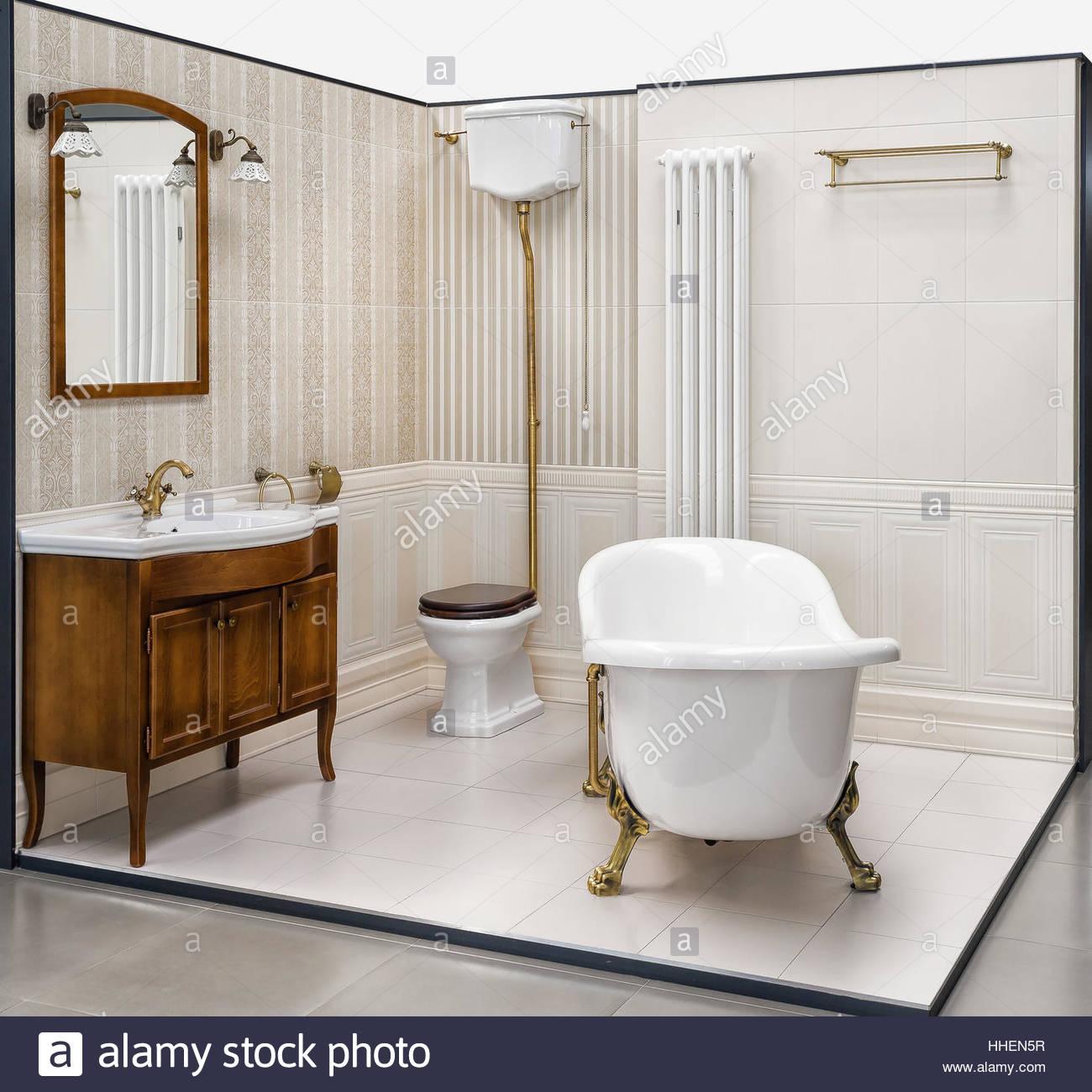 Schöne Retro-Bad im Showroom errichtet. Das Badezimmer hat eine ...