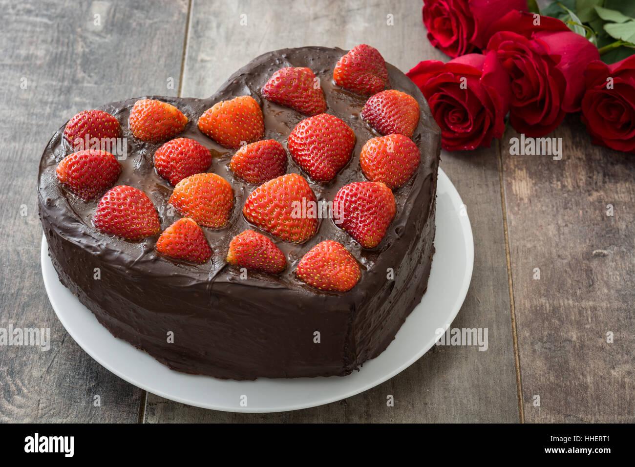 Kuchen In Herzform Fur Valentinstag Oder Muttertag Auf Holzernen