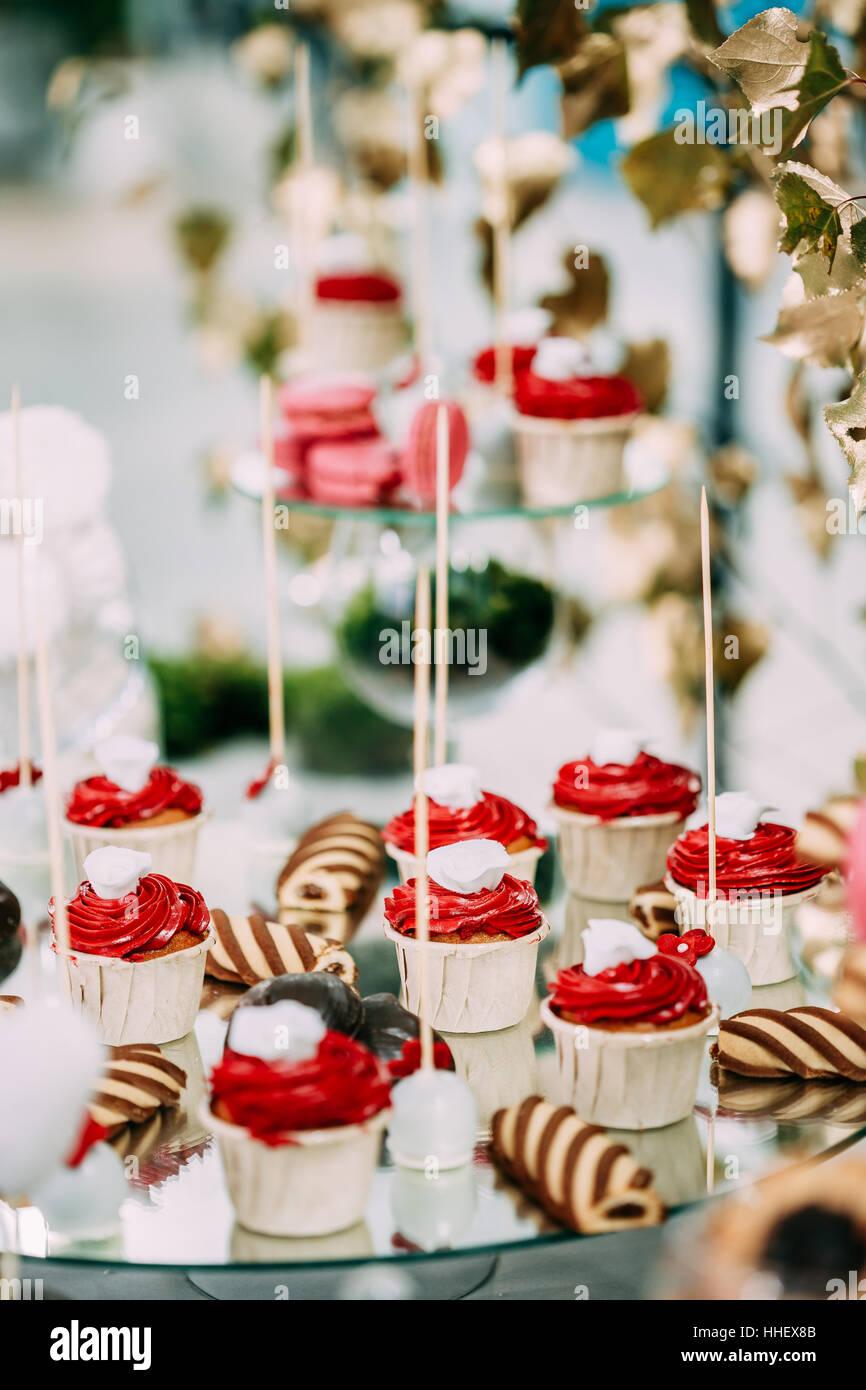 Dessert Susse Leckere Muffins Und Cookies Im Schokoriegel Auf Tisch