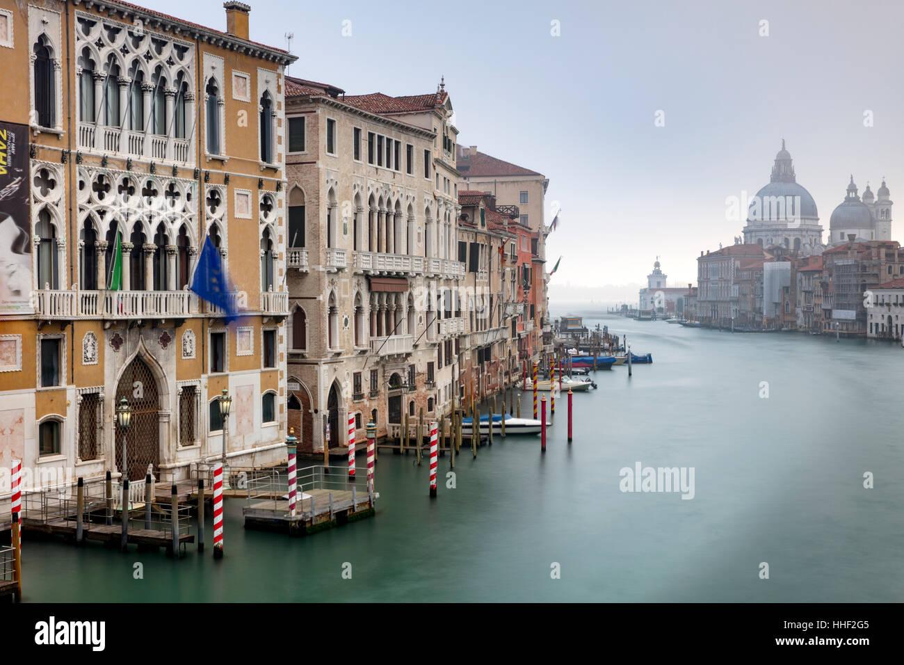 Misty Dawn über den Canal Grande, Santa Maria della Salute und Gebäuden von Venedig, Veneto, Italien Stockfoto