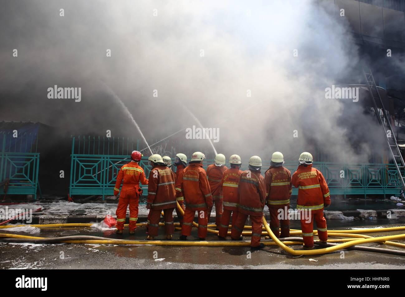 Jakarta, Indonesien. 19. Januar 2017. Große Feuer versengen Stall in Block 1 und Block 2, Pasar Senen Einkaufszentrum Stockbild