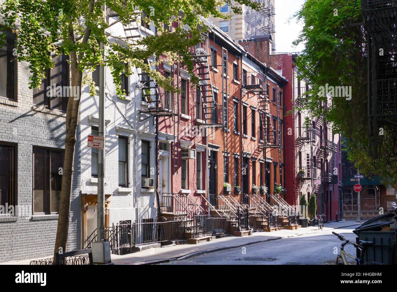 Sonnenschein auf die Bäume, Gehwege und historischen Bauten der Gay Street im Stadtteil Greenwich Village in Stockbild