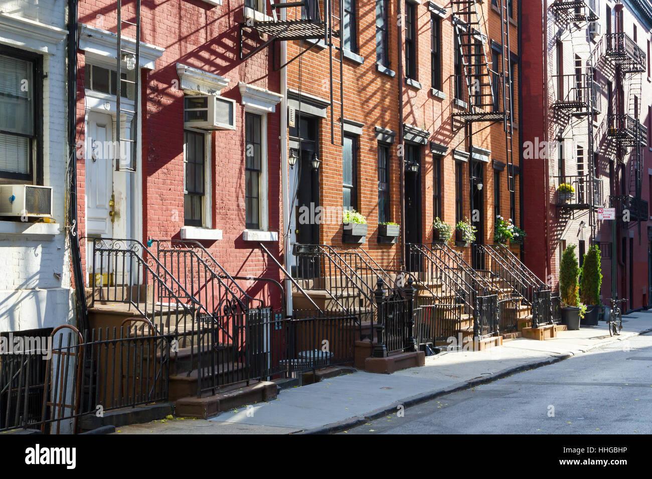 Sonnenlicht scheint auf einem Block aus historischen Wohnblocks auf Gay Street im Stadtteil Greenwich Village in Stockbild