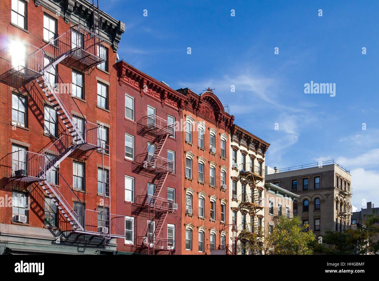 Historische Wohnhäuser entlang der Bleecker Street im Stadtteil Greenwich Village in Manhattan, New York City Stockbild