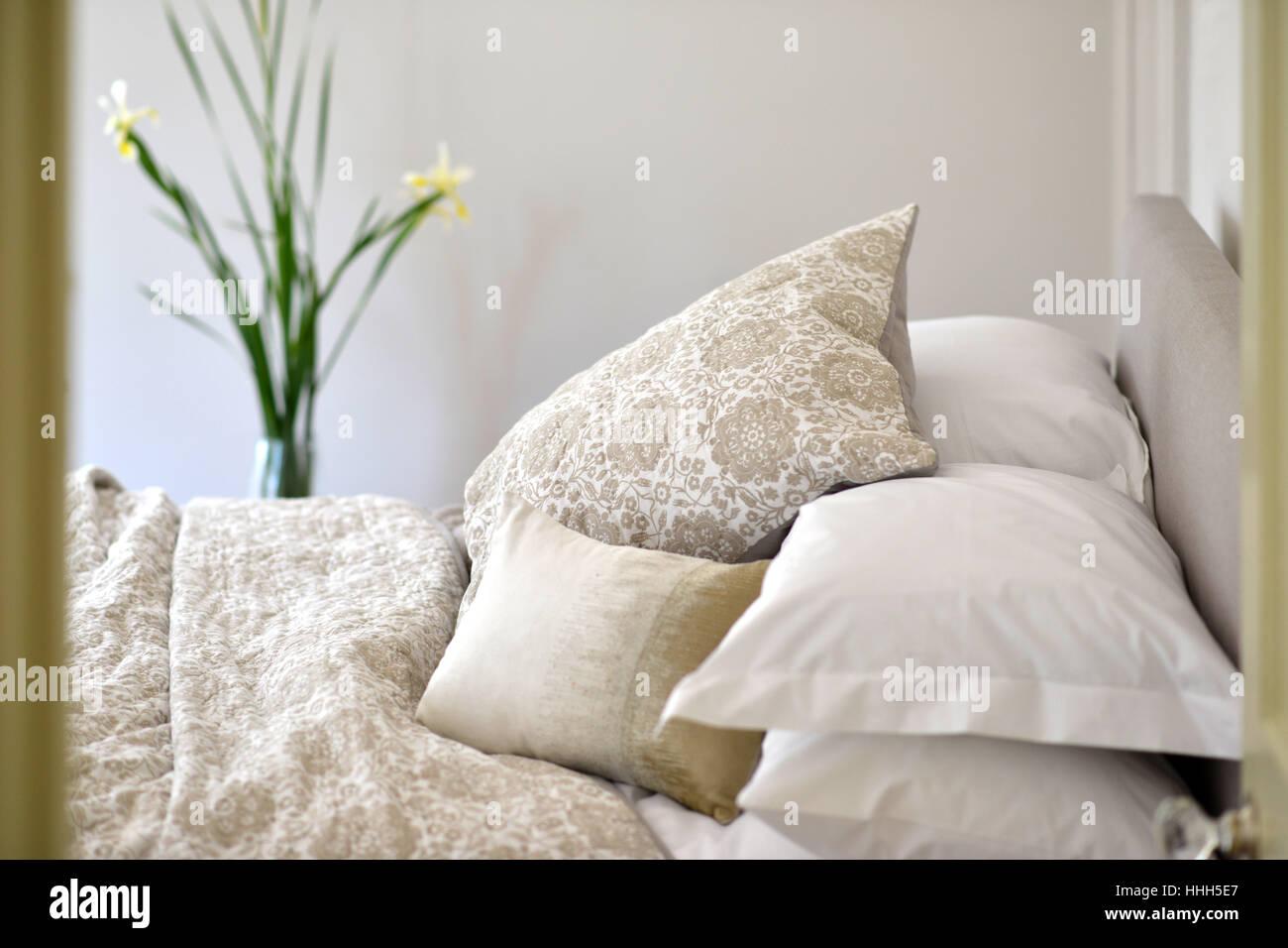Bett im Schlafzimmer Einstellung mit Luxus Tagesdecke Stockfoto ...