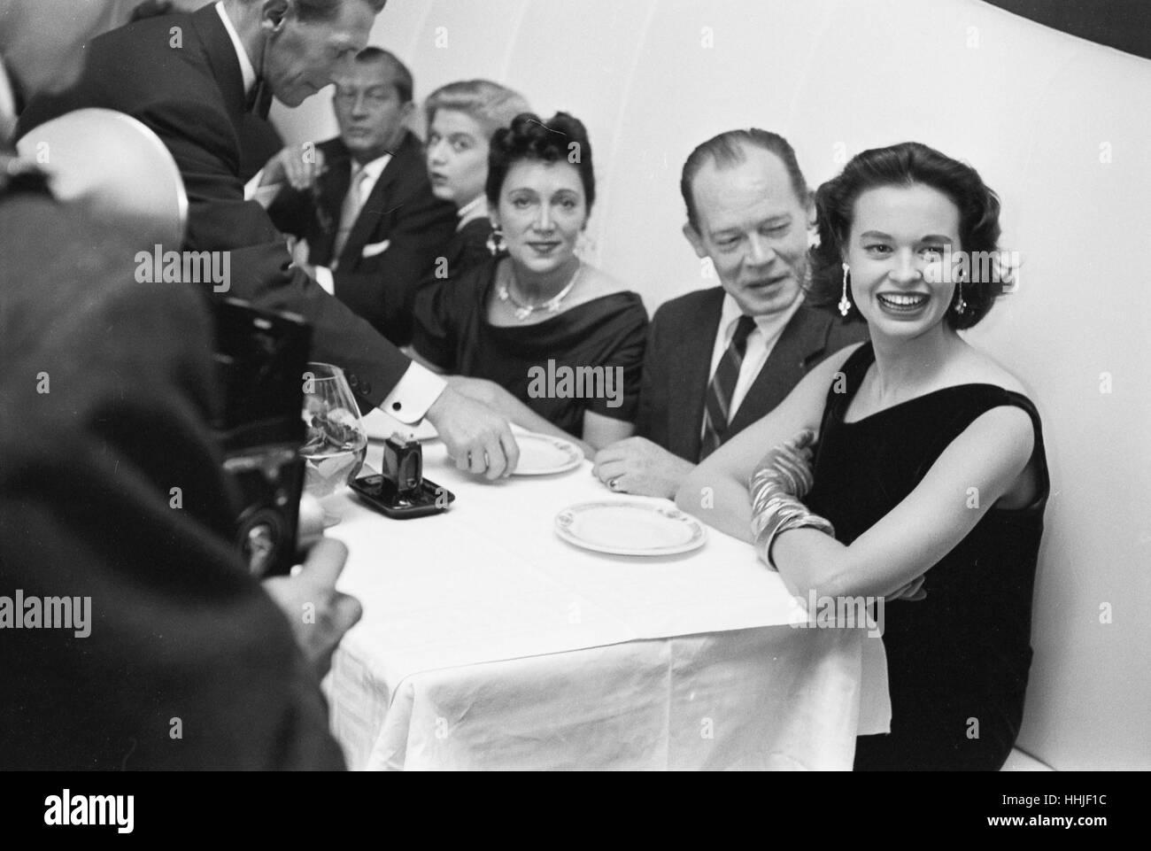 gloria vanderbilt beim abendessen mit freunden 1955 stockfoto bild 131328664 alamy. Black Bedroom Furniture Sets. Home Design Ideas