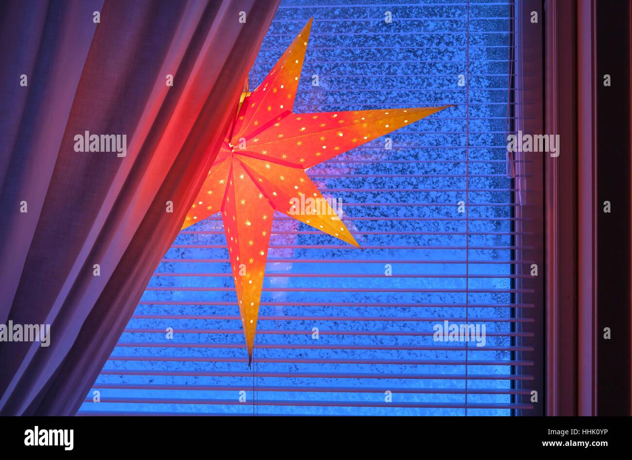 Weihnachtsbeleuchtung Dachfenster.Ein Adventsstern Weihnachtsbeleuchtung In Einem Fenster