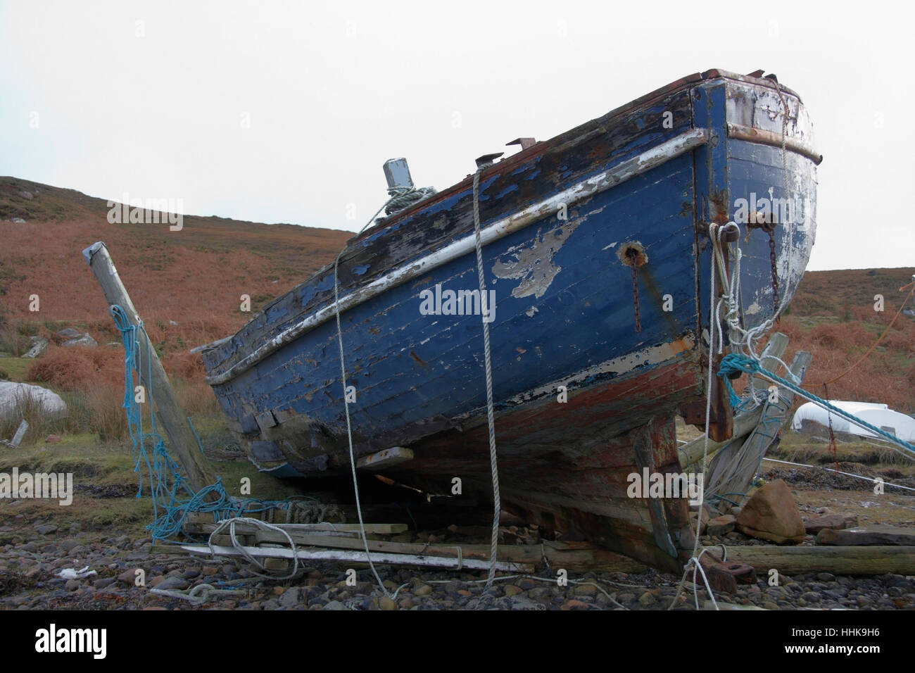 faule Boot an der Küste in Schottland Stockbild