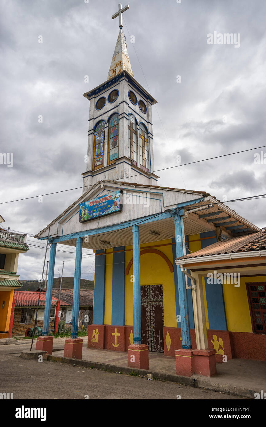 rustikale Holzkirche in Sigsig Ecuador Stockbild