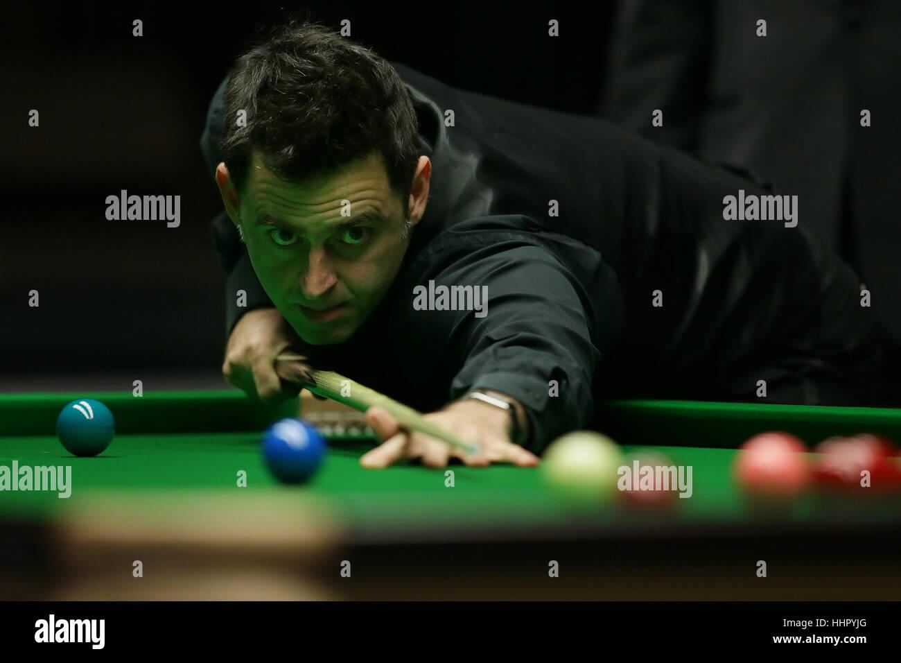 London, UK. 19. Januar 2017. Ronnie O'Sullivan von England schlägt den Ball während das Viertelfinalspiel mit Neil Stockfoto