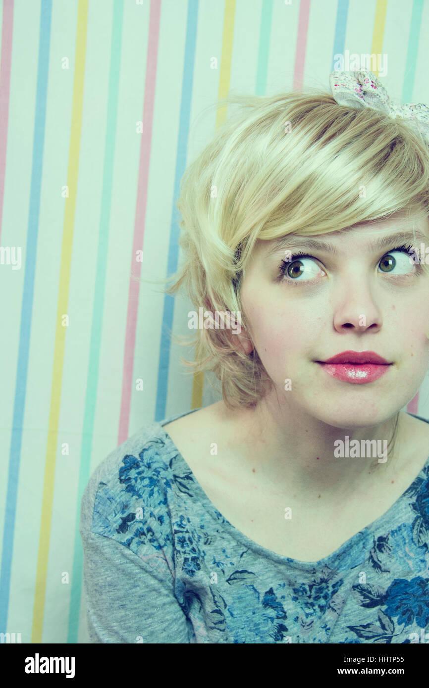 Junge, blonde Frau mit einem süßen look Stockbild