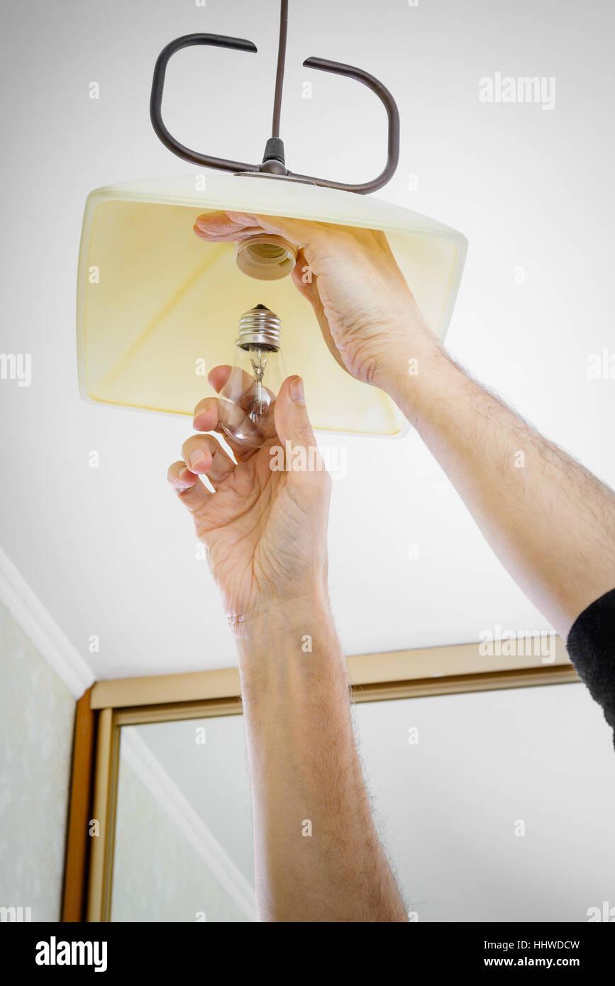 Mann einbauen oder eine Glühbirne wechseln, Befestigung auf der ...