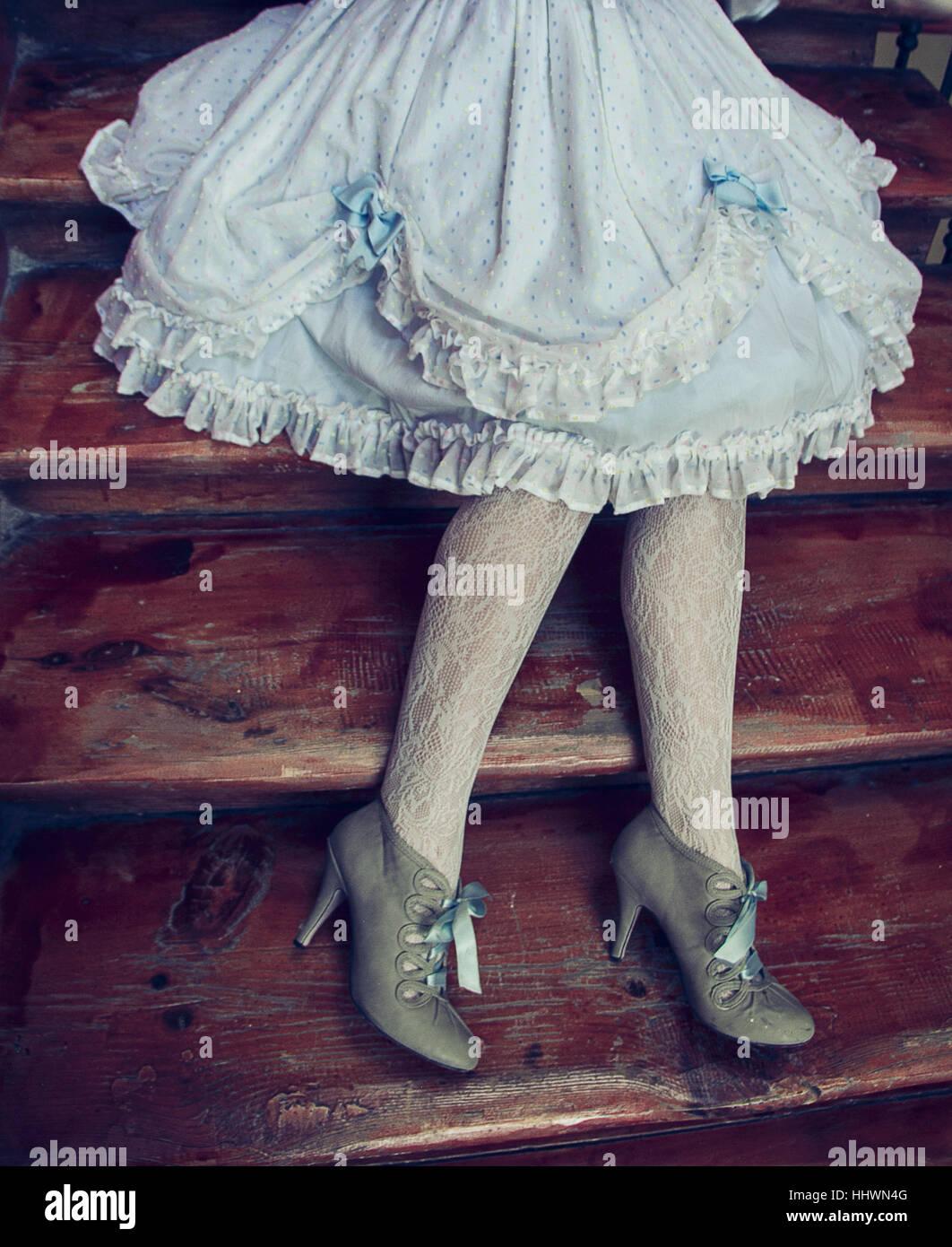Vintage Kleid, Strumpfhosen und Schuhe trägt Frau Bein Stockbild