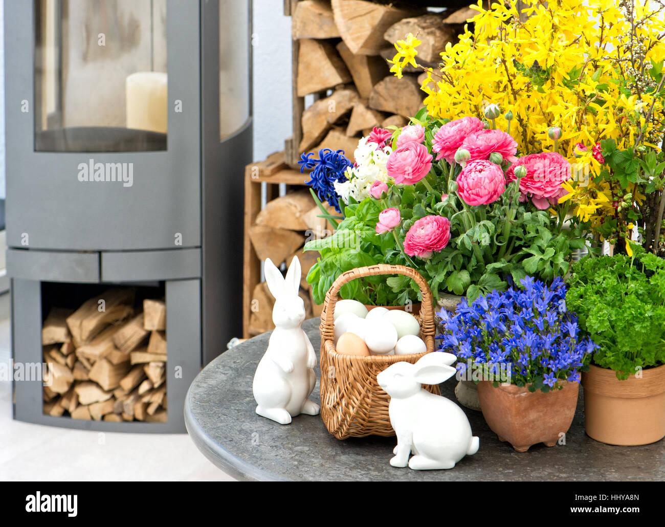 Oster Deko Wohngebaude Mit Fruhlingsblumen Stockfoto Bild