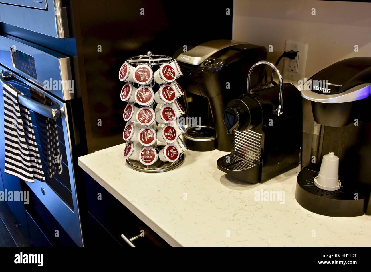 Eine Moderne Küche Mit Zwei Keurig Kaffee Maschinen Und Eine