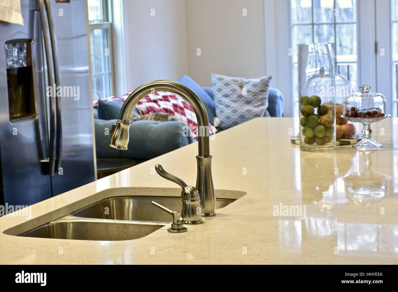 Eine moderne Küche mit einer schönen Carrera Marmor Insel und eine ...