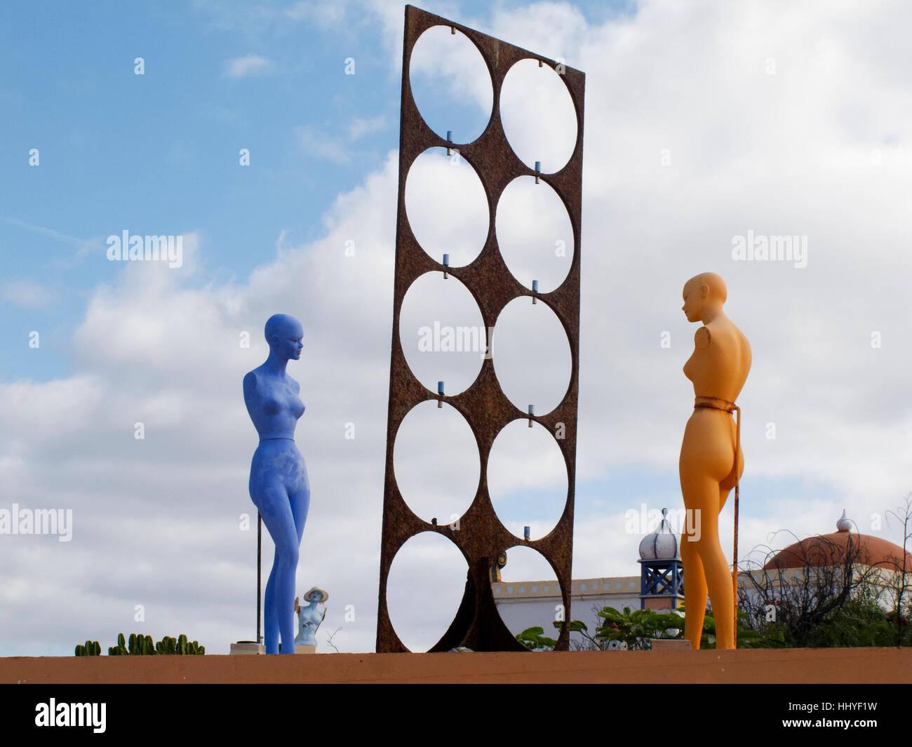 Skurrile surrealistische Kunst und Bildhauerei an der Villa Tabaiba Corralejo, Fuerteventura. Stockbild