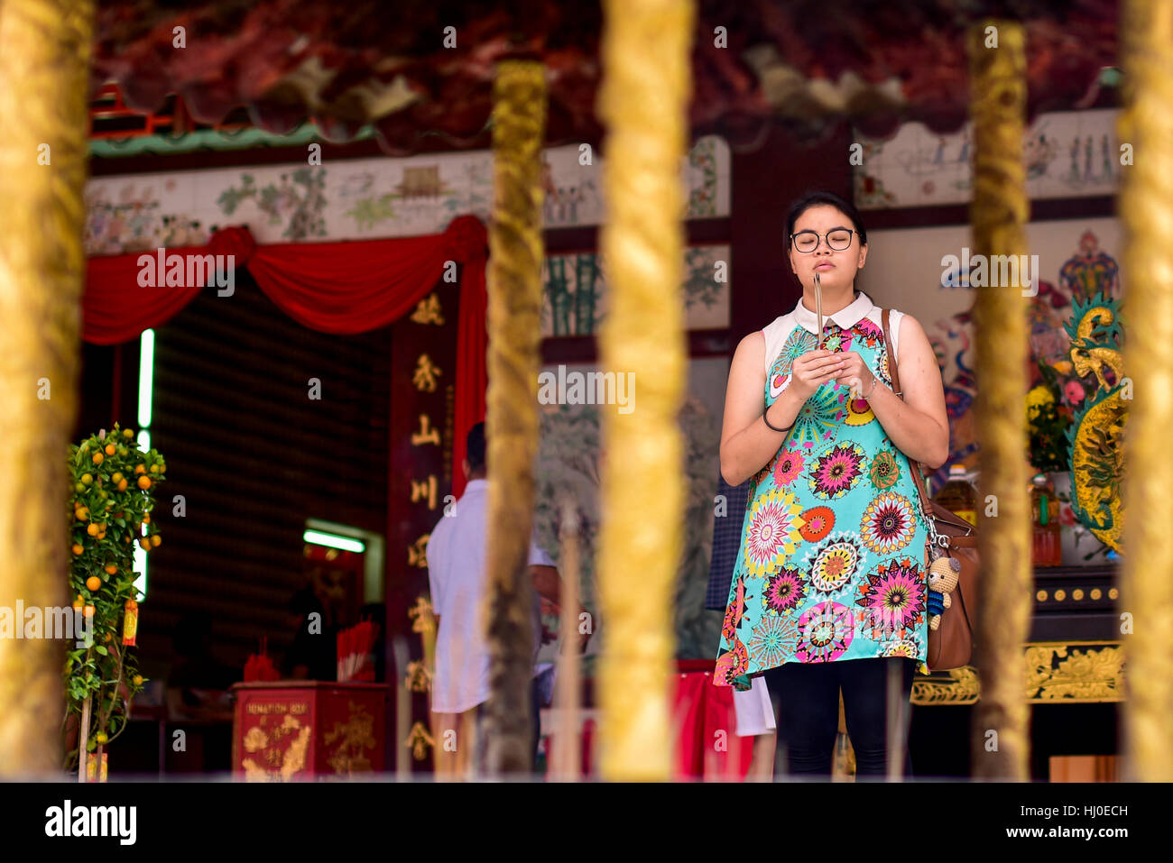 Kuala Lumpur, Malaysia. 21. Januar 2017. Ethnischen malaysischen Chinesen Anhänger bieten Gebete und brennen Stockbild