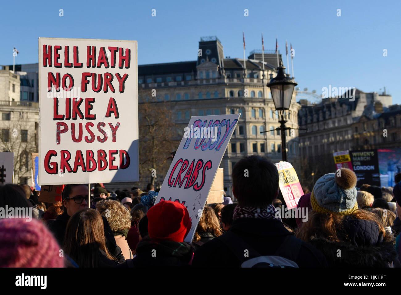 London, UK. 21. Januar 2017. Plakate und Banner oben auf dem Trafalgar Square als Zehntausende von Frauen gehalten Stockbild