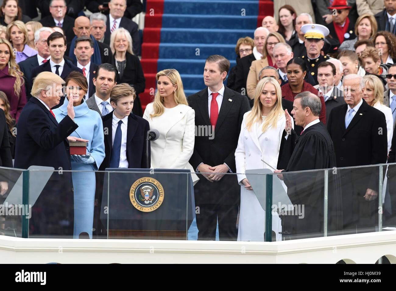 Präsident Donald J. Trump nimmt der Eid des Amtes von Chief Justice John Roberts bei seiner Amtseinführung Stockbild