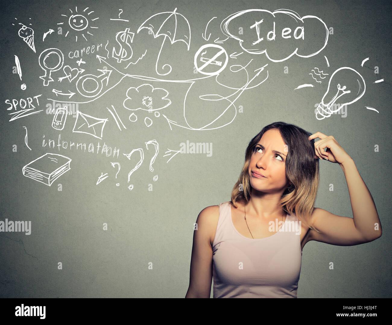 Porträt verwirrt junge Frau dachte, Kopf kratzen hat viele Ideen nachschlagen isoliert graue Wand Background. Stockbild