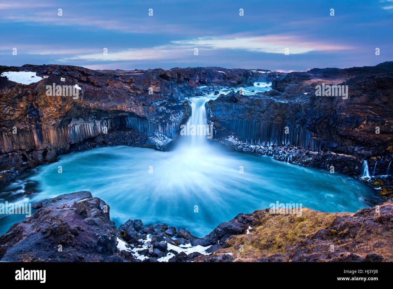Aldeyjarfoss fällt bei Sonnenaufgang zeigt das Wasser in Strömen über die Kante und kicking eine Stockbild
