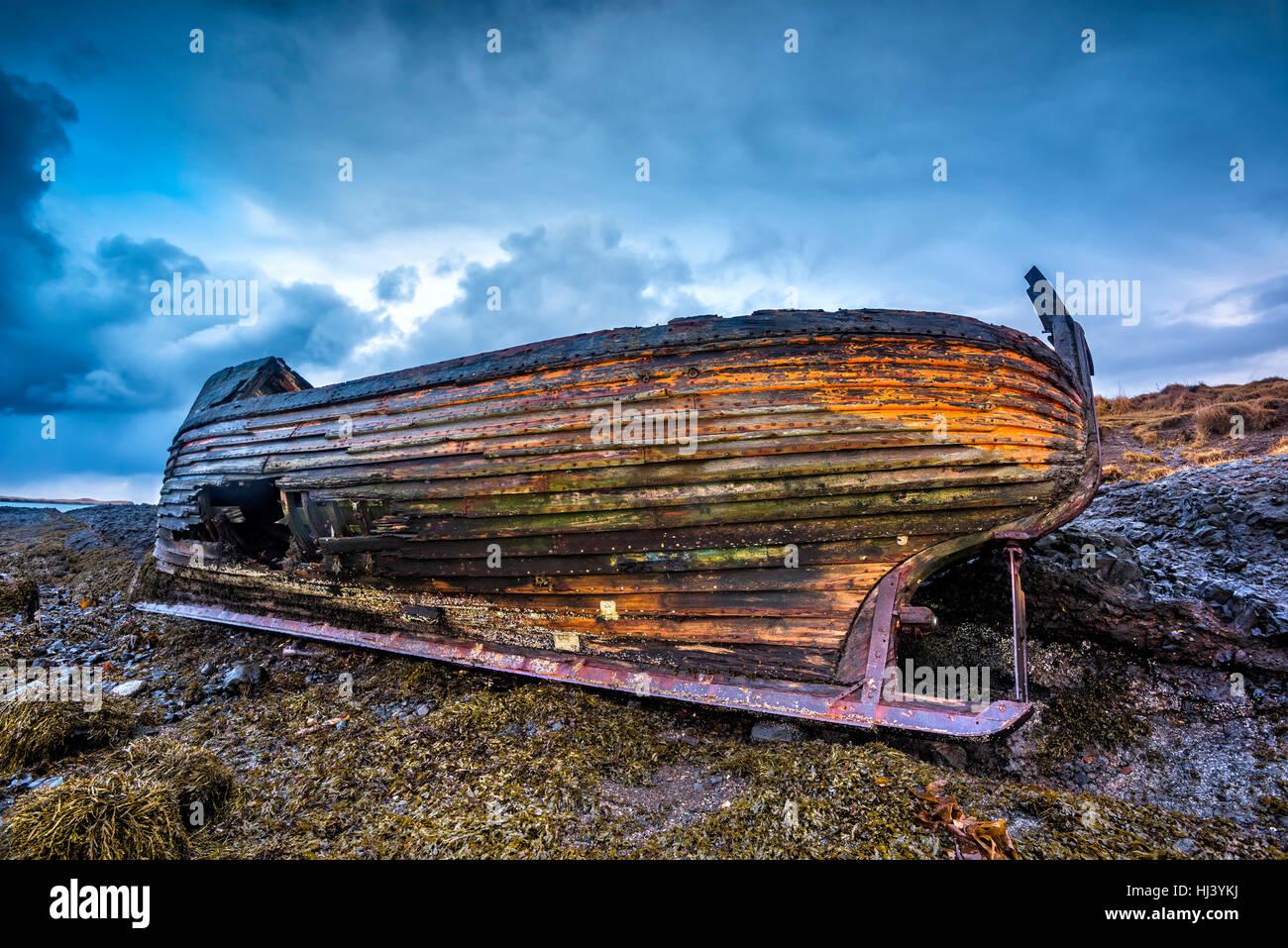 Eine alte verlassene Fischereifahrzeug aus dem frühen 1900 an einem einsamen Strand, wie es verrottet, Freilegung Stockbild