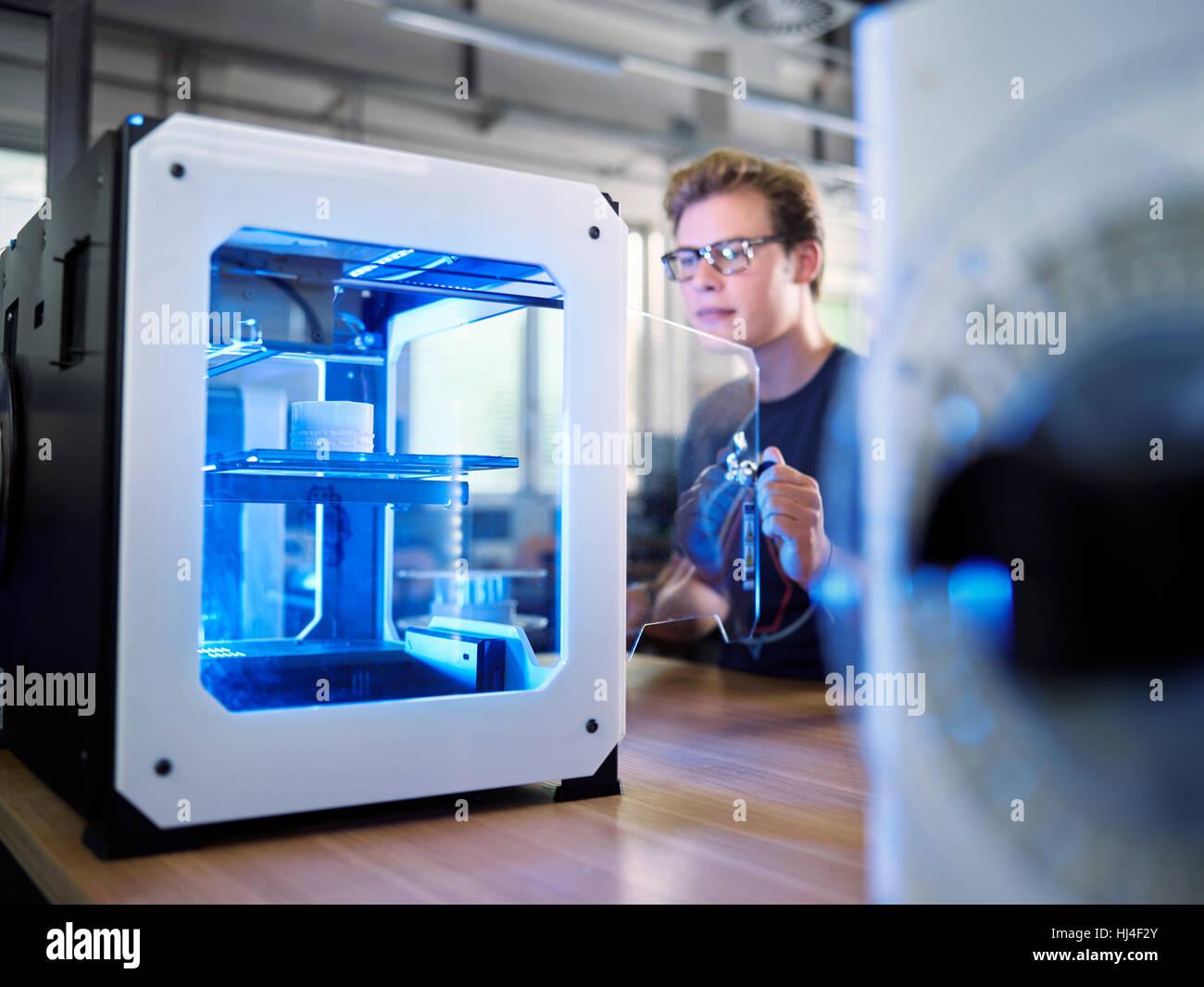 Mitarbeiter, 25-30 Jahre, Eröffnung 3D-Drucker in Produktionslabor FabLab, Wattens, Tirol, Österreich Stockbild