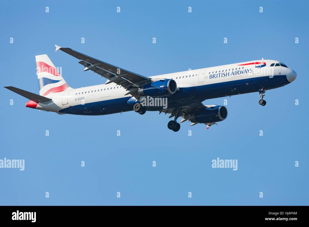 British Airways Flugzeug im Flug, Flugzeug, Flugzeug, blauer Himmel Stockbild