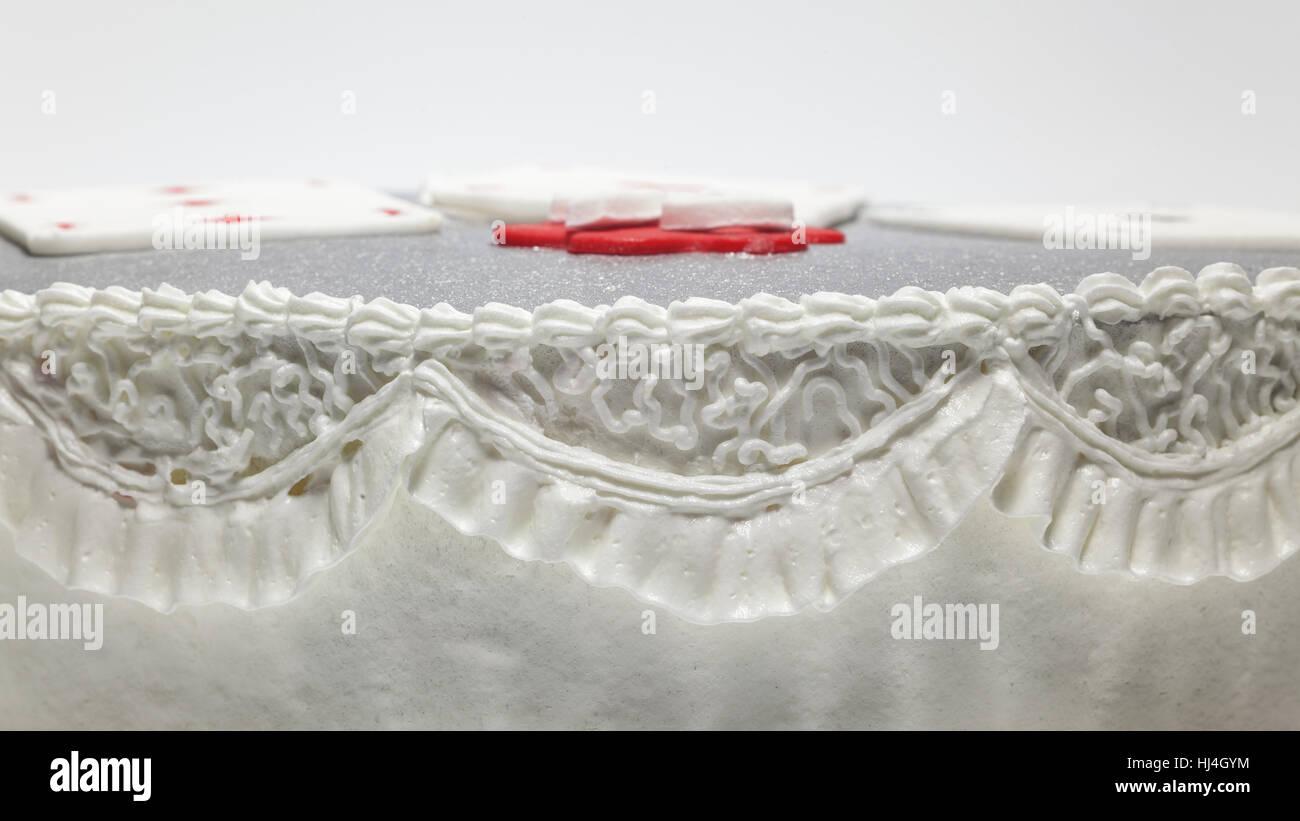 Dekoration einer Geburtstagstorte, Details der weiße Creme. Stockbild