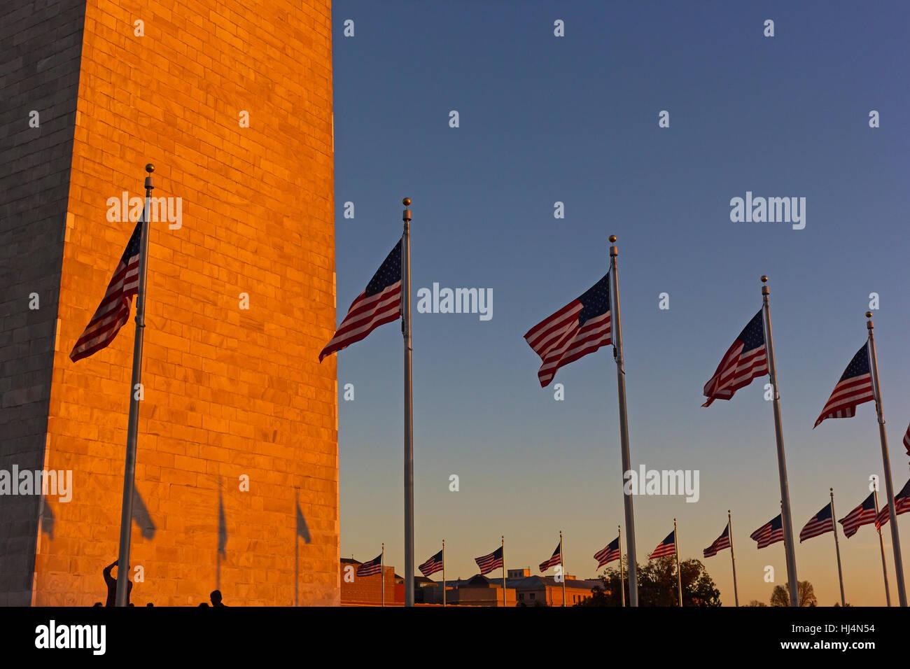 Amerikanische Flagge stehen in der US-Hauptstadt bei Sonnenuntergang. Stockbild