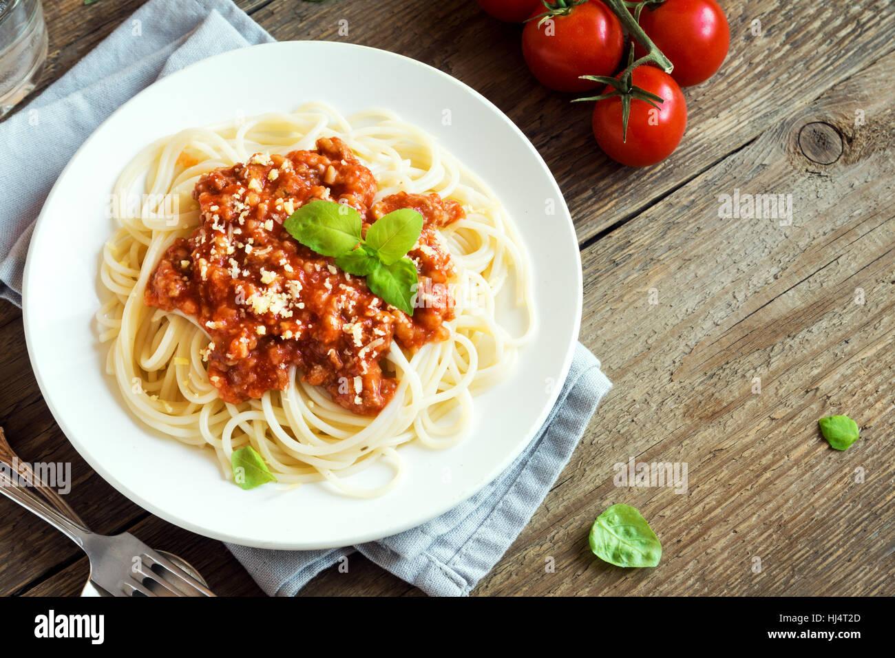 Spaghetti Bolognese Nudeln mit Tomatensauce und Hackfleisch / Faschiertes, geriebenem Parmesan und frischem Basilikum Stockbild