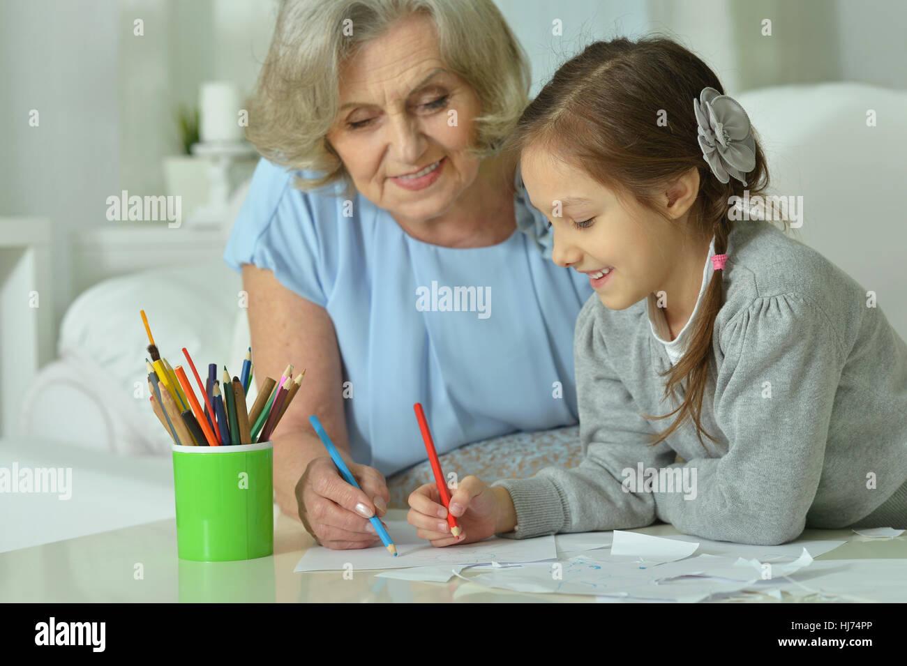 Gluckliche Oma Mit Enkelin Zeichnen Stockfoto Bild 131693822 Alamy